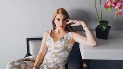 Pakai sleeveless dress warna keemasan dengan aksen payet di setiap bagian, gaya Cassandra simple tapi tetap mewah dan elegannya. Gaya dress seperti ini cocok untuk kamu yang punya kaki jenjang dan akan terlihat manis dipadukan dengan loafers.(Liputan6.com/IG/@cassandraslee)