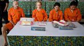 (Dari kiri) Warga Negara  Prancis bernama Olivier Jover, Warga Negara  Rusia bernama Tatiana Firsova, Warga Negara  Thailand bernama Kasarin Khamkhao dan Sanicha maneetes dalam konferensi pers penyelundupan narkotika di Kantor Bea Cukai Ngurah Rai, Bali, Senin (21/10/2019). (SONNY TUMBELAKA/AFP)