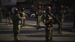 Militan Front Demokratik untuk Pembebasan Palestina (DFLP) berparade di jalanan Kota Gaza, Selasa (8/6/2021). Kendati Hamas dan Israel gencatan senjata, masalah lebih dalam yang mengganggu konflik Israel-Palestina tidak pernah dibahas. (AP Photo/Felipe Dana)