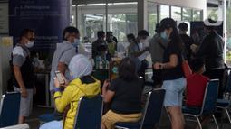 Calon penumpang menunggu untuk tes COVID-19 dengan GeNose C19 di Stasiun Pasar Senen, Jakarta, Selasa (23/2/2021).  PT KAI memberikan pelayanan tes COVID-19 dengan GeNose C19 bagi calon penumpang kereta jarak jauh untuk memutus rantai penyebaran virus corona. (merdeka.com/Imam Buhori)