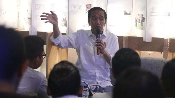 Calon Presiden Nomor Urut 01 Joko Widodo (Jokowi) berdiskusi dengan masyarakat kreatif Bandung di Simpul Space, Bandung, Jawa Barat, Sabtu (10/11). Selain berdialog, Jokowi juga meninjau produk kreatif yang dipajang di ruangan. (Liputan6.com/Angga Yuniar)