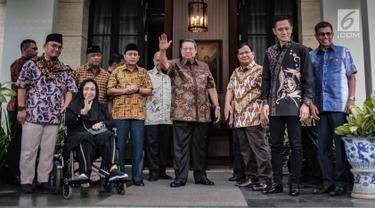 Capres nomor urut 02 Prabowo Subianto (tiga kanan) bersama Ketum Partai Demokrat Susilo Bambang Yudhoyono (empat kanan) foto bersama jelang menggelar pertemuan di kawasan Mega Kuningan, Jakarta, Jumat (21/12). (Liputan6.com/FaizalFanani)