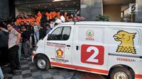 Barang bukti ambulans Partai Gerindra membawa batu dalam Aksi 22 Mei dihadirkan saat rilis di Mapolda Metro Jaya, Jakarta, Kamis (23/5/2019). Polisi juga menyita barang bukti bebatuan, handphone, KTP, dan uang diduga untuk operasional sebesar Rp. 100.200.000. (merdeka.com/Iqbal Nugroho)