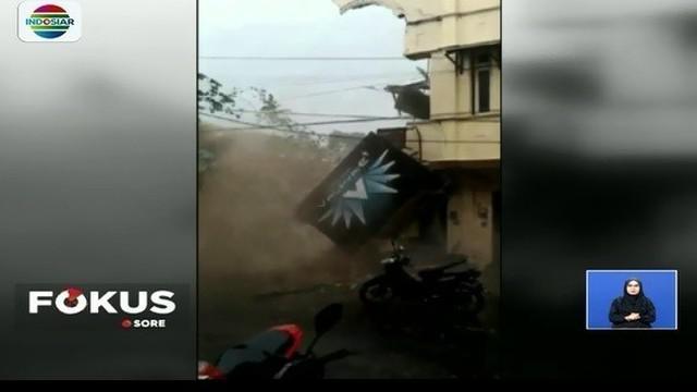 Sebuah peristiwa dramatis terekam kamera warga saat bangunan ruko di pusat Kota Malang, Jawa Timur, runtuh. Bangunan tersebut diduga runtuh akibat fondasinya tergerus air sungai.