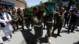 Tentara Nasional Afghanistan (ANA) membawa peti mati wartawan Zabihullah Tamanna dengan rekannya David Gilkey di sebuah rumah sakit di Kabul, Afghanistan (7 /6/2016). Tamanna merupakan seorang jurnalis yang sangat baik. (REUTERS/Omar Sobhani)