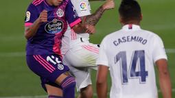 Gelandang Real Madrid, Isco berebut bola dengan pemain Valladolid, Fabian Orellana pada lanjutan La Liga Spanyol di stadion Alfredo, Rau (30/9/2020). Real Madrid menekuk Real Valladolid denga skor 1-0. (AP Photo/Manu Fernandez)