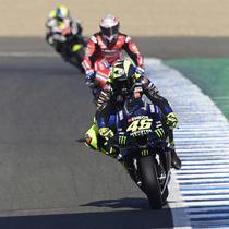 Pembalap Monster Energy, Valentino Rossi, saat latihan bebas pertama (FP1) MotoGP Andalusia 2020 di Sirkuit Jerez, Jumat (24/7/2020). Vinales mengukir waktu lap tercepat dan Rossi menempati posisi kedua. (AFP/Javier Soriano)