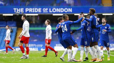 Para pemain Chelsea merayakan gol yamg dicetak oleh Tammy Abraham ke gawang Luton Town pada laga Piala FA di Stadion Stamford Bridge, Minggu (24/1/2021). Chelsea menang dengan skor 3-1. (AP/Ian Walton)