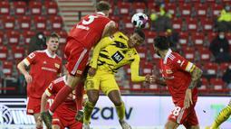 Bek Borusia Dortmund, Manuel Akanji, berebut bola dengan bek Union Berlin, Marvin Friedrich, pada laga lanjutan Liga Jerman di Stadion Alte Forsterei, Sabtu (19/12/2020) dini hari WIB. Borussia Dortmund kalah 1-2 melawan Union Berlin. (AFP/Annegret Hilse/pool)