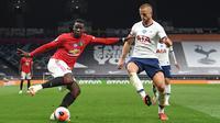 Gelandang Manchester United, Paul Pogba, berebut bola dengan bek Tottenham Hotspur, Eric Dier, dalam laga lanjutan Premier League 2019/20 di Tottenham Hotspur Stadium, Sabtu (20/6/2020) dini hari WIB. Manchester United bermain imbang 1-1 atas Tottenham. (AFP/Shaun Botterill/pool)