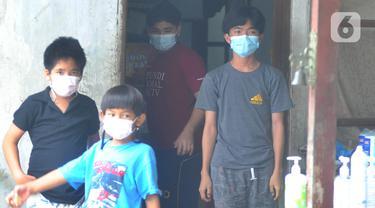 Anak-anak berjemur saat menjalani isolasi mandiri di Panti Asuhan St Fransiskus Asisi, Depok, Jawa Barat, Senin (25/1/2021). Sebanyak 43 penghuni panti asuhan tersebut terkonfirmasi positif covid-19 tanpa gejala dan saat ini dikarantina secara mandiri. (merdeka.com/Arie Basuki)