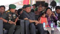 SBY saat menghadiri serah terima jabatan Mayor Inf Agus Harimurti Yudhoyono sebagai Komandan Batalyon Infanteri Mekanis 203/Arya Kamuning. (Liputan6.com/Ahmad Romadoni)