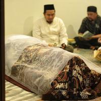 Rencananya jenazah ayah Olla Ramlan akan dikebumikan di Tempat Pemakaman Umum Tanah Kusir pada Selasa, 5 Juni 2018 pagi. (Adrian Putra/Bintang.com)