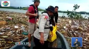 Selain di Danau Sentani, Tim SAR TNI yang melakukan penyisiran ke arah permukiman warga di Jalan BTN juga menemukan satu jenazah di tepian Sungai Kemiri yang tertimbun endapan material banjir.