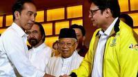 Capres petahana Jokowi bersalaman dengan Ketua Umum Partai Golkar Airlangga Hartarto. (Istimewa)