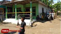 Suasana rumah korban di Desa Satreyan, Kecamatan Maron, Kabupaten Probolinggo, dipasangi gari Polisi dan warga berdatangan. (FOTO: Dicko W/TIMES Indonesia)