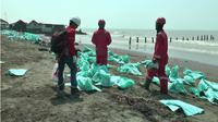 Pemerintah Kabupaten Karawang akan membentuk tim khusus konpensasi dampak kebocoran minyak Pertamina dilepas pantai Karawang. (Liputan6.com/Abramena)