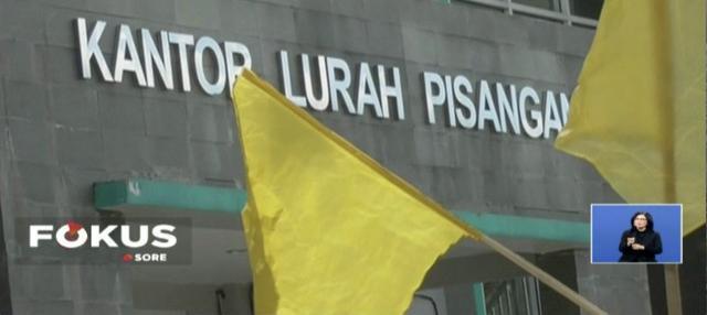 Keluarga korban kecelakaan bus di Tanjakan Emen, Subang, datangi kantor Kelurahan Pisangan, Tangerang Selatan, untuk minta ganti rugi dari perusahaan bus dan penyelenggara pariwisata.