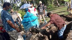 Pembongkaran kuburan di Desa Toto Selatan, Kabupaten Bone Bolango, Gorontalo, Sabtu (12/1). Pemilik lahan memblokade pintu masuk menuju kuburan sehingga keluarga memilih untuk memindahkannya. (Liputan6.com/Arfandi Ibrahim)