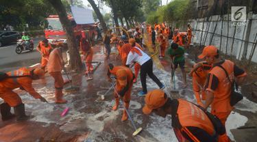 Petugas PPSU membersihkan trotoar di Jalan Asia Afrika, Jakarta, Kamis (2/8). Trotoar yang di pakai para pedagang kaki lima ini di bersihkan guna jelang Asian Games 2018 di Jakarta dan Palembang. (Merdeka.com/Imam Buhori)