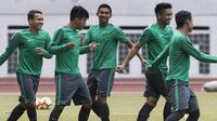 Para pemain Timnas Indonesia U-19 melakukan pemanasan saat latihan di Stadion Wibawa Mukti, Bekasi, Senin (16/10//2017). Persiapan ini dilakukan jelang kualifikasi Piala Asia U-19. (Bola.com/Vitalis Yogi Trisna)