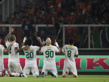 Pemain Persebaya merayakan gol yang dicetak Osvaldo Haay ke gawang Persija Jakarta pada laga Shopee Liga 1 di SUGBK, Jakarta, Selasa (17/12). Persebaya menang 2-1 atas Persija. (Bola.com/Yoppy Renato)