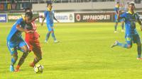 Striker Persib, Zulham Zamrun (kiri) berusaha menguasai bola dari kawalan para pemain Persis Solo. (Bola.com/Vincentius Atmaja)