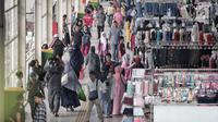 Pedagang berjualan di Jembatan Penyeberangan Multiguna (JPM) atau Skybridge Tanah Abang, Jakarta, Rabu (23/1). Perluasan Skybridge Tanah Abang dinilai sebagai salah satu upaya memberantas premanisme. (Liputan6.com/Faizal Fanani)
