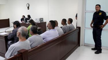 Enam orang Terpidana kasus penculikan dan pembunuhan 11 perempuan mendengarkan putusan di ruang sidang di Ciudad Juarez, Meksiko (27/7/2015). Pengadilan menjatuhkan vonis 679 tahun penjara kepada lima dari 6 orang tersebut. (REUTERS/Jose Luis Gonzalez)