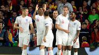 Striker Inggris, Marcus Marcus Rashford (kedua kiri) berselebrasi usai mencetak gol ke gawang Spanyol pada Grup 4 UEFA Nations League 2018 di stadion Benito Villamarin, Sevilla (15/10). Inggris menang 3-2 atas Spanyol. (AFP Photo/Cristina Quicler)