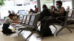 Pekerja membersihkan bangku ruang tunggu keberangkatan Stasiun Pasar Senen, Jakarta, Jumat (27/3/2020). PT Kereta Api Indonesia (Persero) membatalkan sejumlah jadwal perjalanan menyusul meluasnya penyebaran virus corona, pembatalan itu dilakukan mulai 26 Maret 2020. (Liputan6.com/Helmi Fithriansyah)