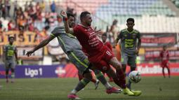 Striker Persija Jakarta, Marko Simic, berebut bola dengan pemain Borneo FC pada laga Shopee Liga 1 di Stadion Wibawa Mukti, Bekasi, Senin (11/11). Persija menang 4-2 atas Borneo. (Bola.com/Yoppy Renato)