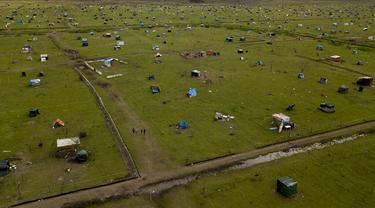 Rumah sementara yang didirikan para penghuni liar memenuhi ladang di Guernica, Provinsi Buenos Aires, Argentina, Kamis (1/10/2020). Pengadilan telah memerintahkan penggusuran, namun penghuni liar mengatakan tidak punya tempat tujuan di tengah pandemi COVID-19. (AP Photo/Natacha Pisarenko)