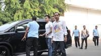 Bakal calon presiden Joko Widodo atau Jokowi ditemani anak bungsunya Kaesang Pangarep tiba di RSPAD Gatot Subroto, Jakarta, Minggu (12/8). Jokowi tiba pukul 08.00 WIB. (Merdeka.com/Iqbal Nugroho)