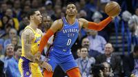 Lonzo Ball menjaga Russell Westbrook pada laga NBA (AP)
