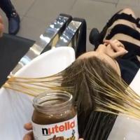 Seorang penata rambut membuat kehebohan dengan selai yang ia jadikan sebagai cat rambut. Hasilnya? Simak sendiri. (Via: instagram.com/hudabeauty)