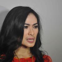 """Iya dong, suami aku kan pilot. Paling enggak setahun sekali (medical check up),"" tandas Iis di kawasan Kebon Jeruk, Jakarta Barat, Selasa (12/4/2016). (Nurwahyunan/Bintang.com)"