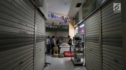 Pengunjung melihat koleksi batu akik di salah satu kios yang masih bertahan di Pasar Rawa Bening, Jakarta, Senin (10/9). Pedagang mengaku omzet dari penjualan saat ini menurun hingga 50 persen tidak seramai 4 tahun silam. (Merdeka.com/Iqbal S. Nugroho)