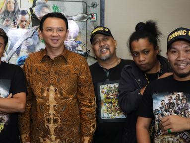 Gubernur DKI Jakarta Basuki T Purnama alias Ahok foto bersama dengan para pemain Comic 8 di Djakarta Theatre, Jakarta, Jumat (18/3). Film yang disutradarai Anggy Umbara ini meraih penghargaan Poster Film Terbaik. (Liputan6.com/Herman Zakharia)