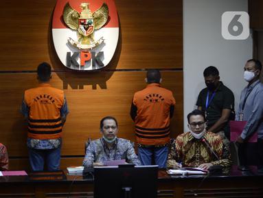 Wakil Ketua KPK Nurul Ghufron (tengah) menyampaikan keterangan terkait penangkapan mantan Sekretaris MA Nurhadi dan menantunya Rezky Hebriyono di Gedung KPK, Jakarta, Selasa (2/6/2020). KPK resmi menahan Nurhadi dan Rezky yang menjadi DPO sejak pertengahan Februari 2020. (merdeka.com/Dwi Narwoko)