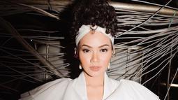 Berbagai gaya telah dicoba oleh penyanyi cantik ini. Tak hanya gaya kasual di keseharian, pesona Yura Yunita begitu anggun dan elegan dengan gaun berwarna putih. Apalagi ditambah makeup flawles dan penataan rambut dengan bandana, dirinya makin memesona. (Liputan6.com/IG/@yurayunita)