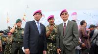 Wakil Presiden Indonesia ke-6, Try Sutrisno (kanan) hadir dalam upacara pengangkatan Menhan Ryamizard Ryacudu menjadi warga kehormatan Korps Marinir di Lapangan Apel Kesatrian Marinir, Cilandak, Jakarta (9/12/2014). (Liputan6.com/Helmi Fithriansyah)