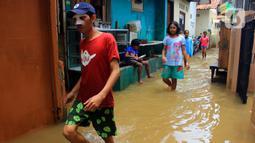 Aktivitas sejumlah anak saat banjir di kawasan Bidara Cina, Kecamatan Jatinegara, Jakarta Timur, Selasa (25/2/2020). Baru satu hari air surut, kawasan Bidara Cina yang bersebelahan dengan Kali Ciliwung kembali mengalami banjir. (merdeka.com/magang/ Muhammad Fayyadh)