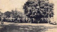 Foto Lawas alun-alun Kabupaten Blora saat digunakan upacara G30 S (Dok. RM Tedjonoto/RNgt Widyasintha)