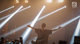 Penampilan band indie pop asal Los Angeles, LANY membawakan lagu pada konser di kawasan SCBD, Jakarta, Selasa (27/3). LANY kembali ke Jakarta dalam rangkaian tur dunia promo album self-titled mereka yang rilis tahun lalu.  (Liputan6.com/Faizal Fanani)