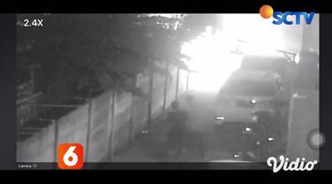 Selasa pagi warga Desa Kalitengah, Sidoarjo, Jawa Timur, dikejutkan dengan terbakarnya mobil mewah jenis Alphard milik artis penyanyi Via Vallen. Detik-detik mobil terbakar, bahkan direkam sendiri oleh Via Vallen.