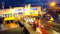 Antrean pemudik bersepeda motor ke kapal di Pelabuhan Gilimanuk, Bali. Pihak pelabuhan mengoperasikan 25 kapal penyeberangan dengan trip hingga 190 per hari. (Antara)