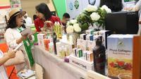 Presiden Direktur PT Kreasi Cantik Alami Listianawati Setio (kanan), menjelaskan produk kesehatan dan kecantikan dari bahan-bahan alami saat Trade Expo Indonesia 2018 di ICE BSD, Kamis (25/10). (Liputan6.com/Angga Yuniar)