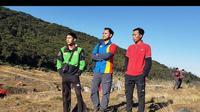 Bagus Rahmat Riadi mendaki Gunung Gede dengan mengenakan seragam karyawan minimarket. (dok. Instagram @bagusrahmatriadi/ https://www.instagram.com/p/CEyB1n7jGeK/?igshid=ago40wo2dnjn/Brigitta Valencia Bellion)