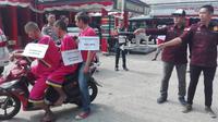 Reka ulang pembunuhan tukang parkir di Palembang yang dilakoni dua kakak beradik dan satu orang tersangka yang buron (Liputan6.com / Nefri Inge)
